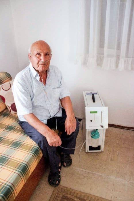 Ασθενής που χρησιμοποιεί ηλεκτρικό συμπυκνωτή